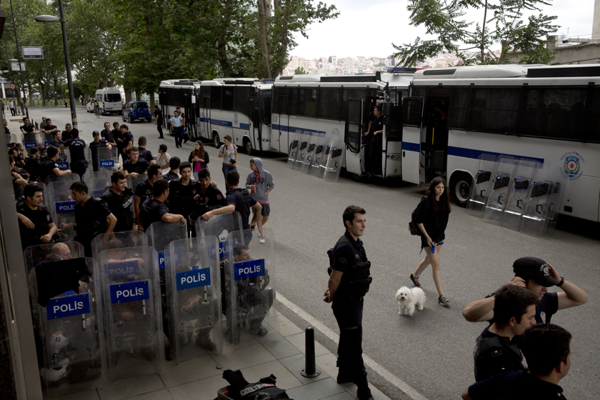 https://www.edouphoto.com/files/gimgs/31_0007istanbulprotestsedoujune13afternoonpoliceflags0099_v2.jpg